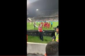 VIDEO: CĐV UAE thiếu văn hóa khi ném giày vào cầu thủ Qatar