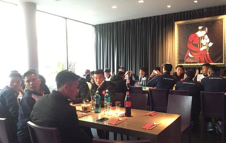 Các thành viên U20 Việt Nam ăn phở truyền thống tại Đức